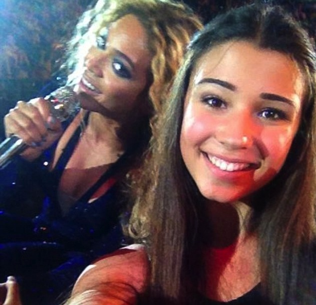 Beyonce photobomb