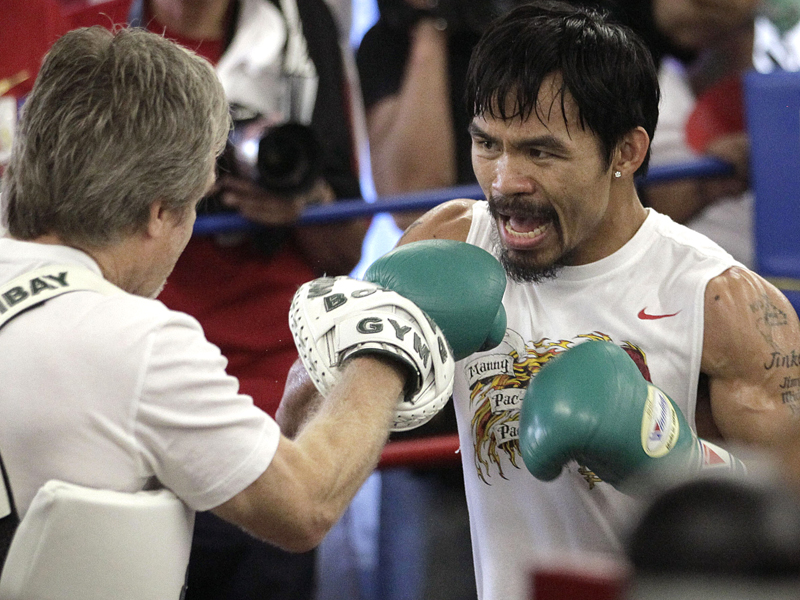 Boxer Manny Pacquiao (R) trains with Freddie Roach
