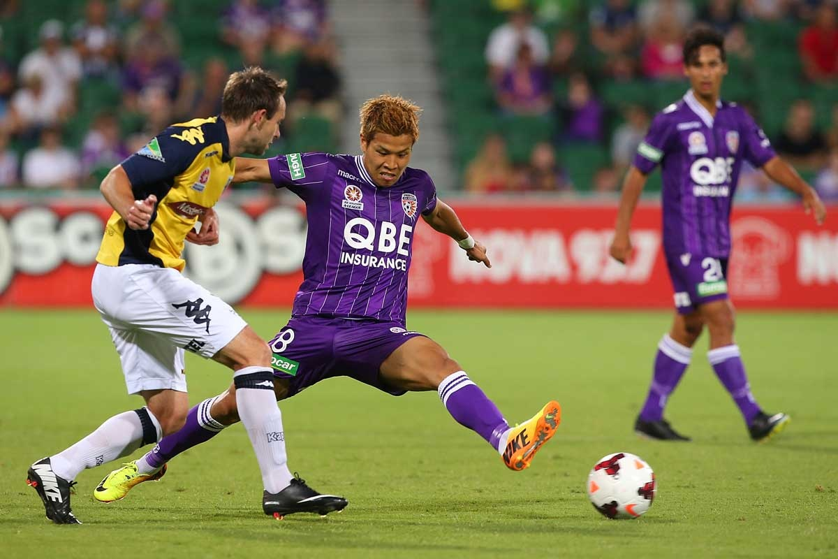 Joshua Rose of the Central Coast Mariners (left) and Ryo Nagai of Perth Glory.