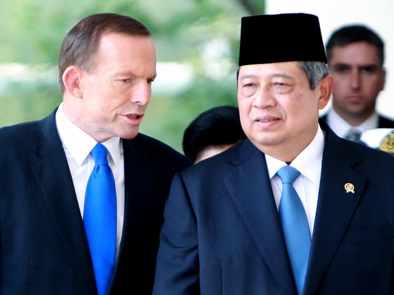 Tony Abbott (L) and Susilo Bambang Yudhoyono