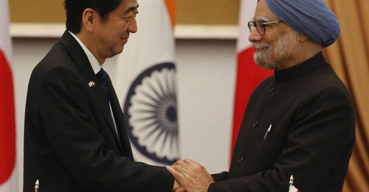 Japan's Shinzo Abe (L) and India's Manmohan Singh