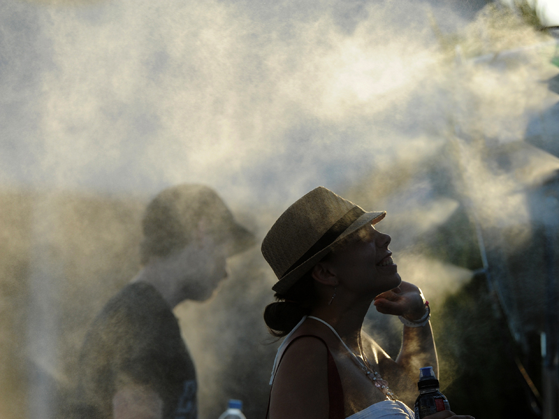 Tennis fans cool off during a heat wave