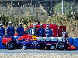 Mechanics attending to the car of Daniel Ricciardo (R)