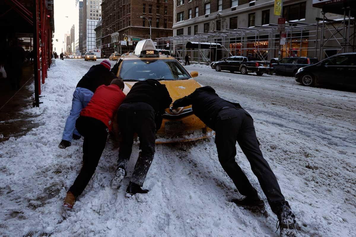 Pedestrians help taxi driver