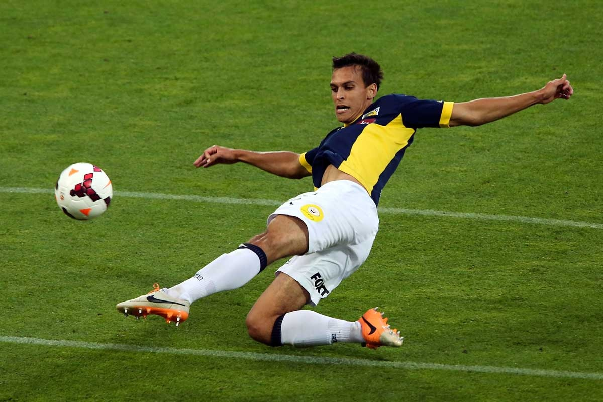 Trent Sainsbury of the Mariners clears the ball.