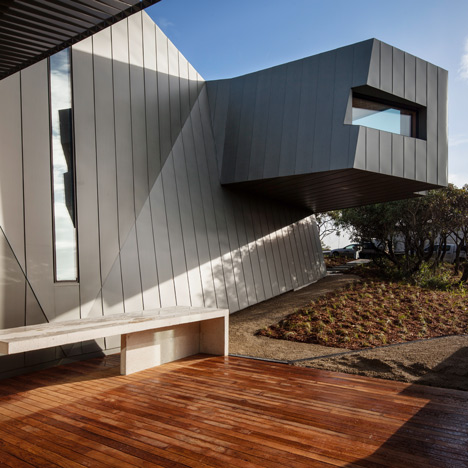 Fairhaven-Beach-House-by-John-Wardle-Architects_dezeen_1sq