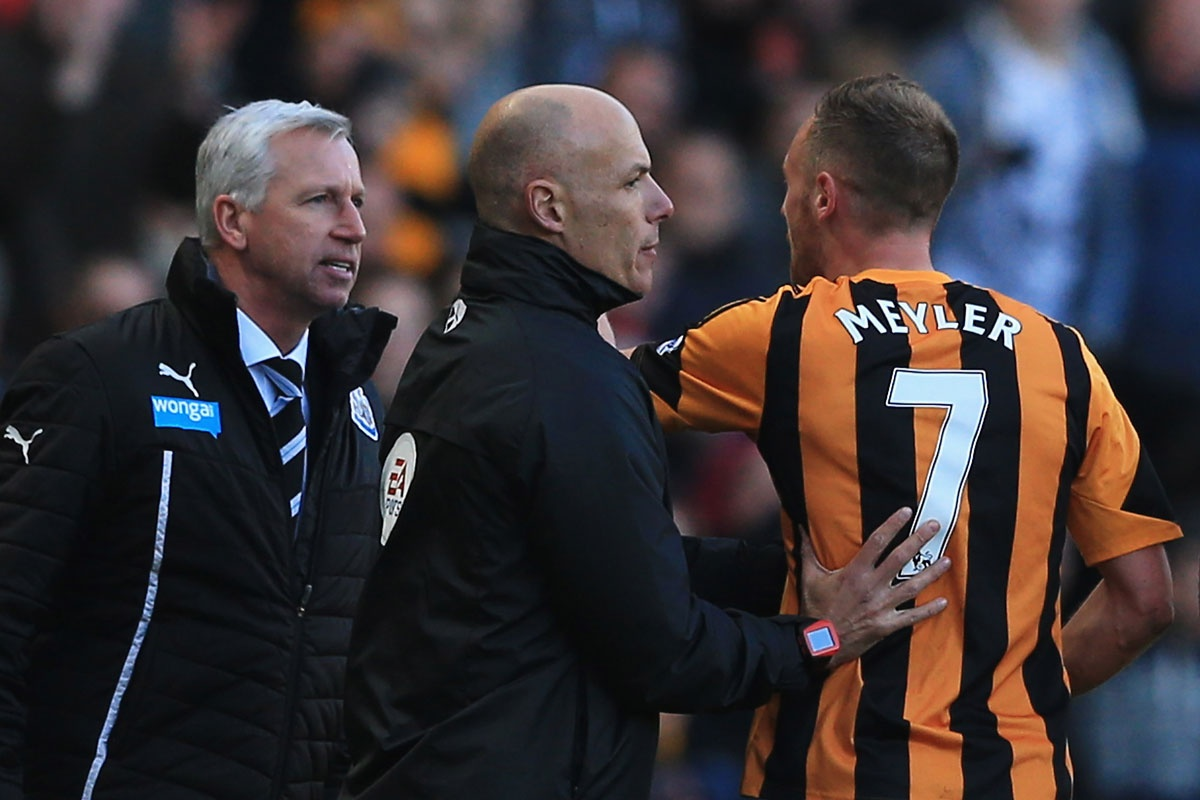 An official intervenes between Pardew and Hull's David Meyler.