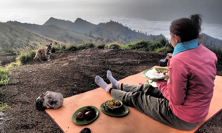 Nothing like a feed at altitude. Picture: Joe Leech