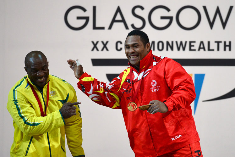 Gold medallist Kari Steven Kukuna of Papua New Guinea (R) jokes with silver medallist Ribouem Simplice of Australia. Photo: Getty