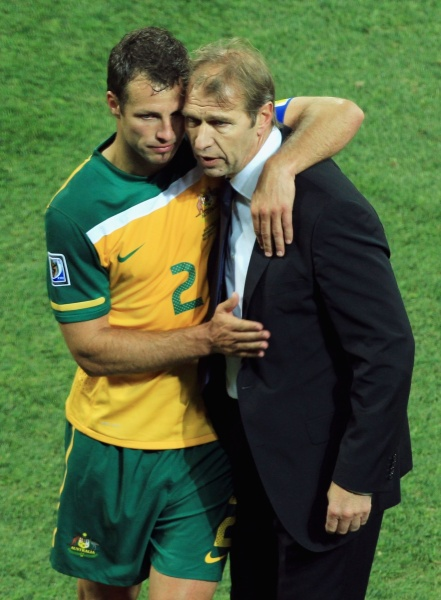 Pim always preferred defenders. Here, cuddling Lucas Neill. Photo: Getty