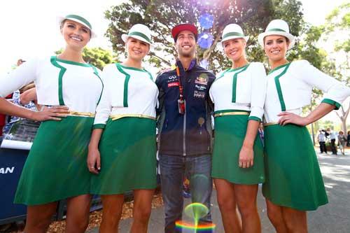 Daniel Ricciardo poses with the 2015-model grid girls. Photo: Getty