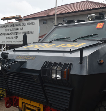 Indonesian armored police vehicles transporting the Bali NIne duo.