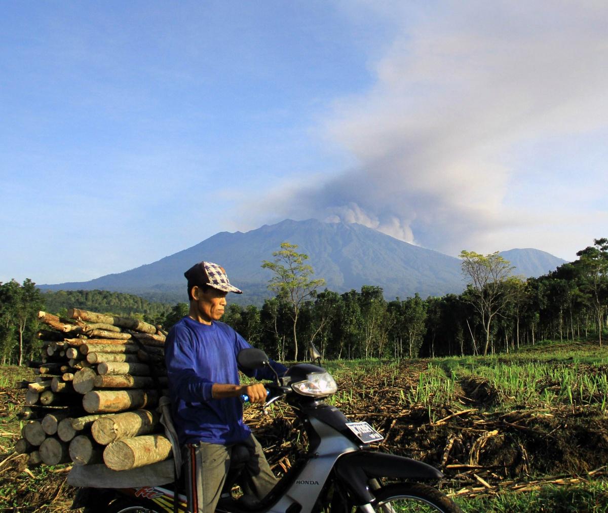 Mt Ruang erupting