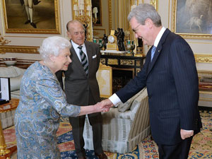 queen-meets-alexander-downer
