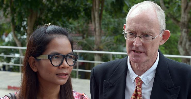 Alan Morison (r) and Chutima Sidasathian arrive to court.