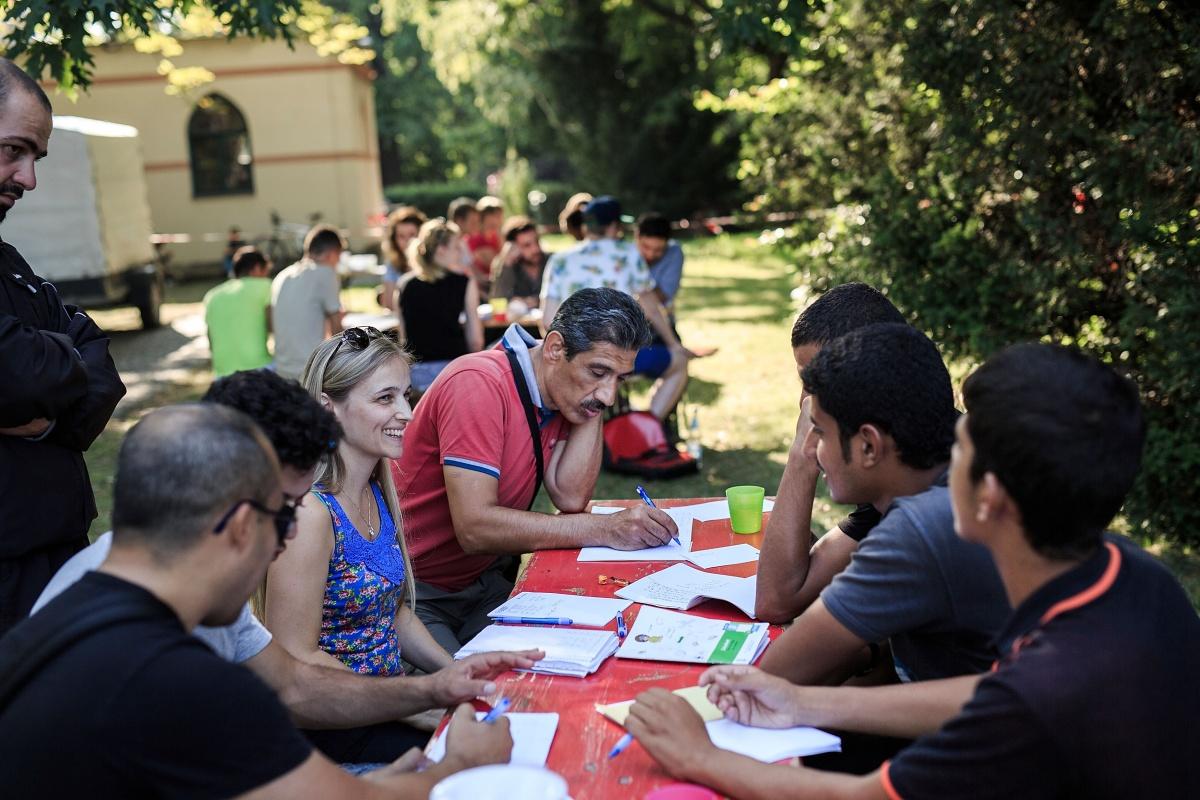 volunteer-teaches-refugee-germany