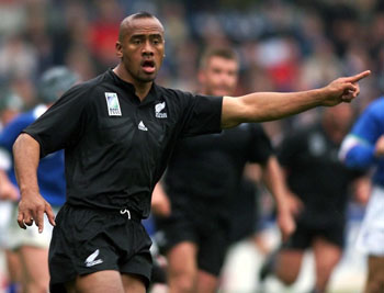 Lomu gives instructions during the 1999 Rugby World Cup match between New Zealand and Italy. Photo: AAP
