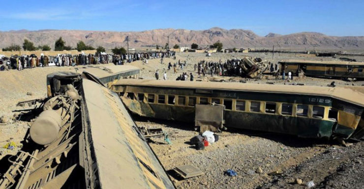 Pakistan train derails