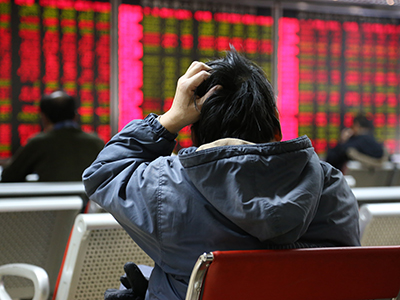 BEIJING, CHINA - JANUARY 08: (CHINA OUT) An investor observes stock market at an exchange hall on January 8, 2016 in Beijing, China. Chinese stock market experienced a halt on Thursday and rebounded the next day. The Shanghai Composite Index rose 2.39% to 3199.56 points and the Shenzhen Composite Index went up 1.98% to 10973.12 points at the noon. (Photo by ChinaFotoPress/ChinaFotoPress via Getty Images)