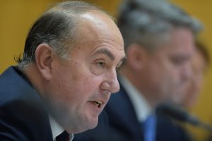 Mr Fraser calls for cuts. Photo: AAP
