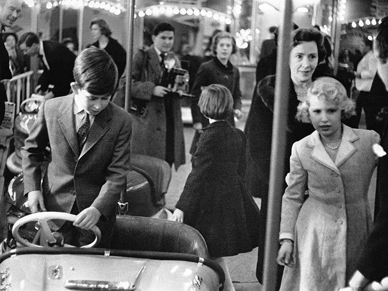 LONDRES, ROYAUME-UNI - 18 DECEMBRE: Le Prince Charles pret a s'asseoir dans une auto-tamponneuse et la Princesse Anne en cherche une, lors de la fete foraine a Olympia, le 18 decembre 1959 a Londres, Royaume-Uni. (Photo by Keystone-FranceGamma-Rapho via Getty Images)