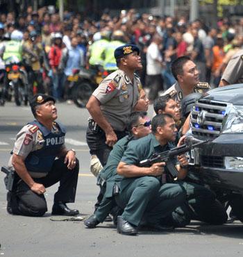 Indonesian police pursue suspects on scene.
