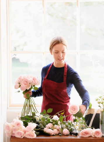 You don't have to be a florist to arrange your own flowers. Photo: Getty