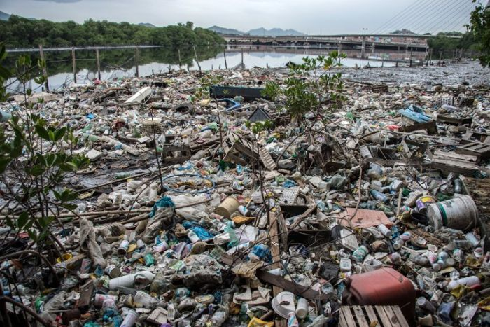 canal polluted rio
