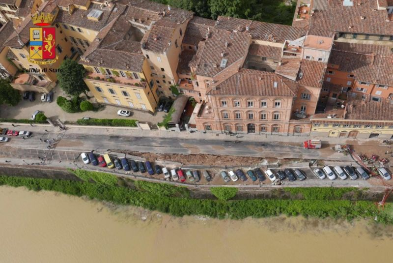 The sinkhole along the Arno River.
