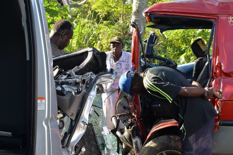 Two locals killed in the crash between a local bus and a tour bus Photo: Facebook