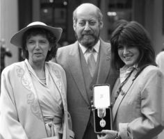 Clement Freud with wife Jill, (l) and daughter Emma receiving his knighthood in London in 1987. Photo: AAP.