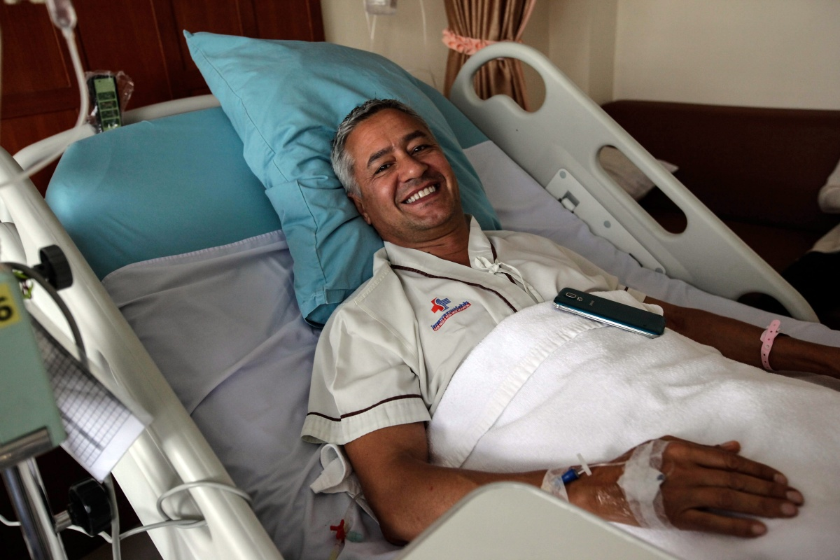 Italian tourist Andrea Tazzioli, 51, who was injured during the bomb attack in Hua Hin, smiles in hospital. Photo: Getty