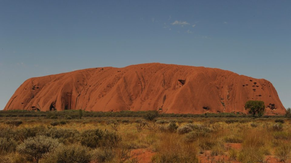 Three men stuck in Uluru crevice for 16 hours