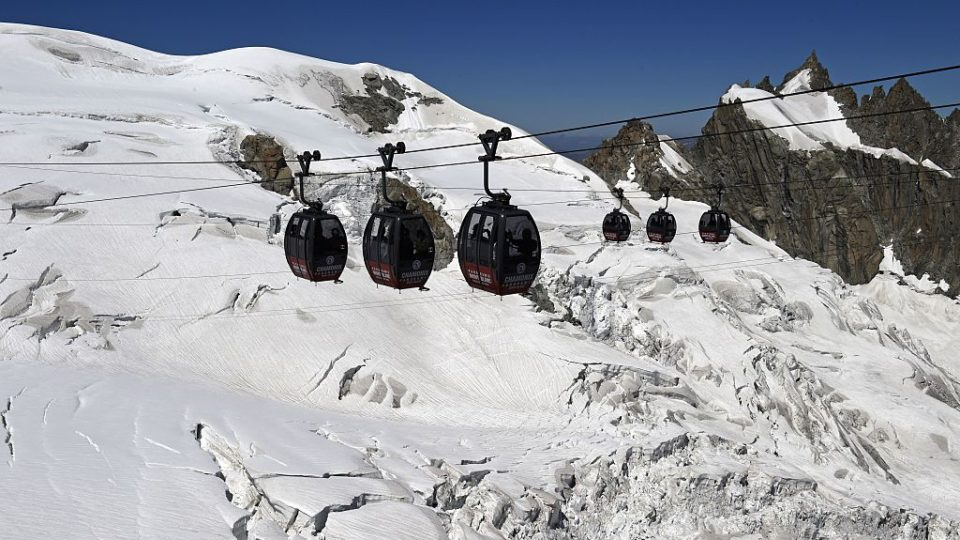 helicopters to rescue stranded cable car passengers