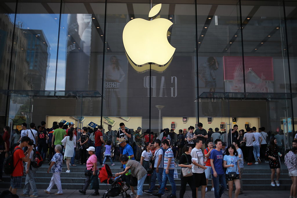 SHANGHAI, CHINA - SEPTEMBER 17: People crowd to the Nanjing Road Apple Store to buy iPhone series products on September 17, 2016 in Shanghai, China. Apple's iPhone 7 and 7 Plus hit China's market on Friday. (Photo by VCG/VCG via Getty Images)