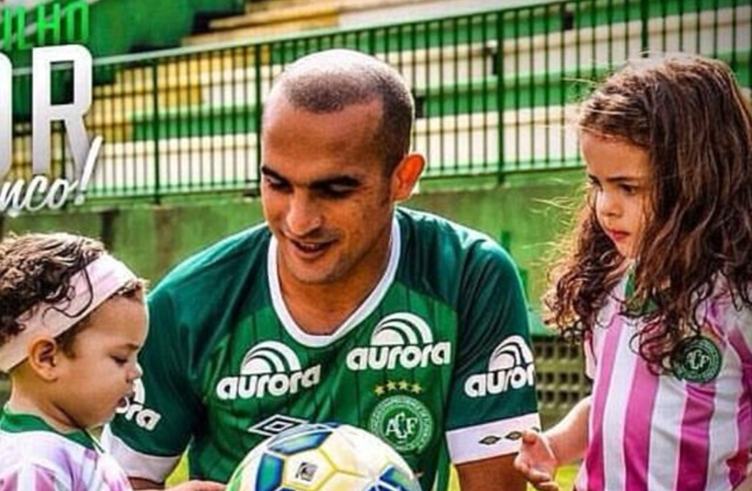 Chapecoense player Gil with his daughters