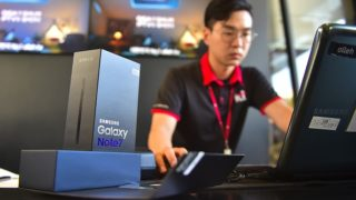 A South Korean employee works to provide replacement Samsung Galaxy Note 7.