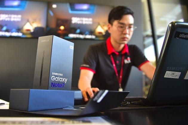 A South Korean employee works to provide replacement Samsung Galaxy Note7.