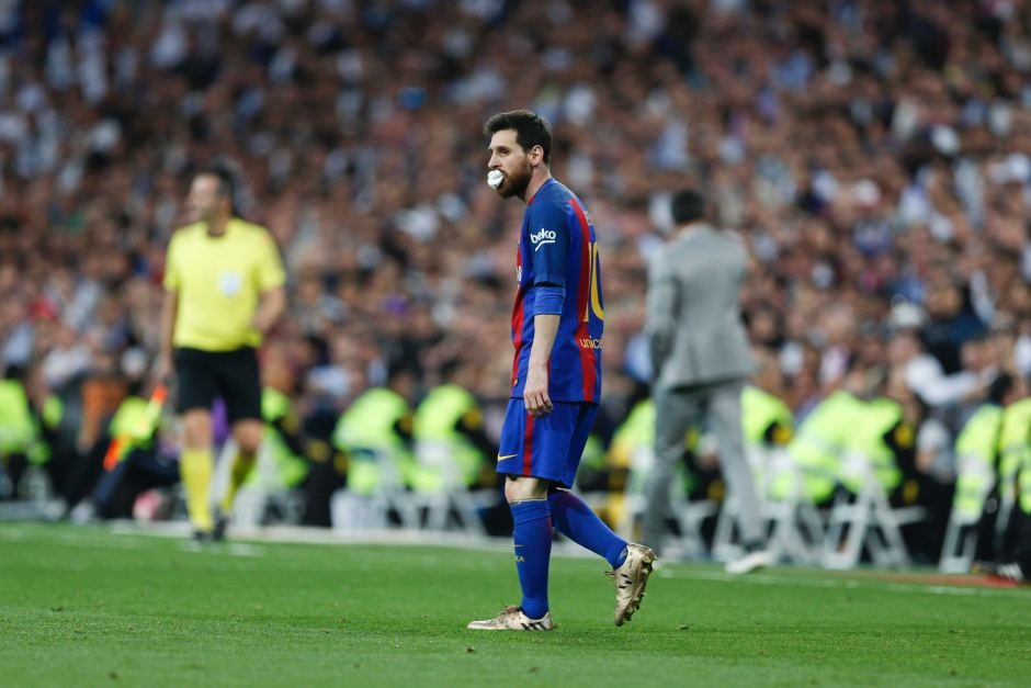 Lionel Messi wins El Clasico for Barcelona in stoppage time