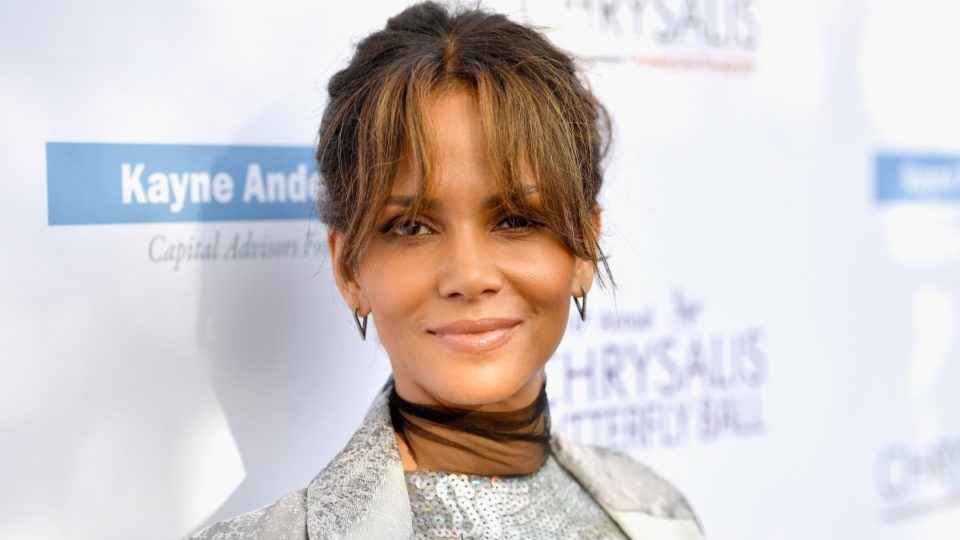 Halle Berry Motions She's Pregnant, Twitter Is Confused