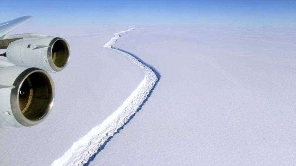 antarctic iceberg breaks off