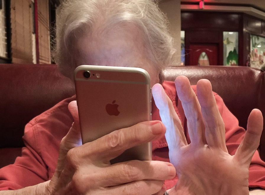 smartphone-old-lady