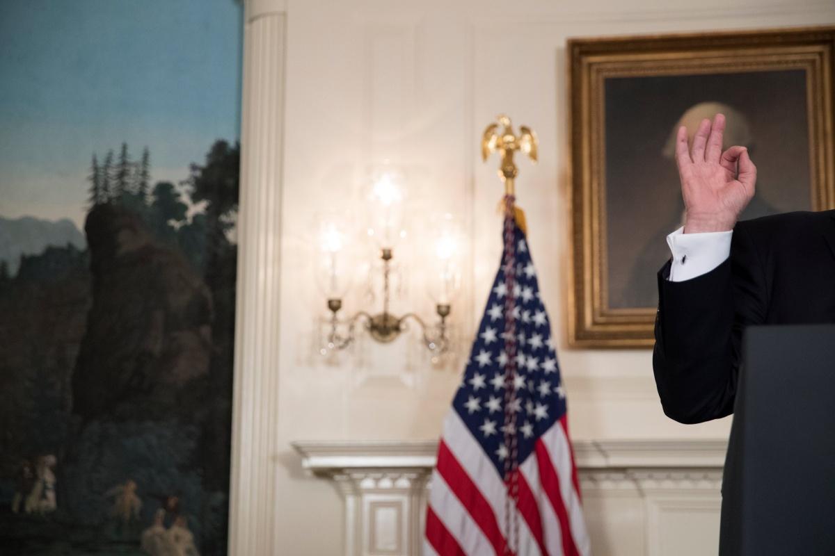 donald trump hand white house