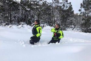 tasmania snow hikers
