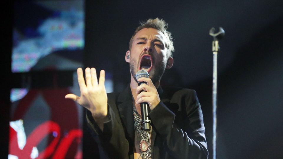 Daniel Johns performing.