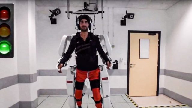 Paralysed man walks by using his mind, an AI program and robotic limbs