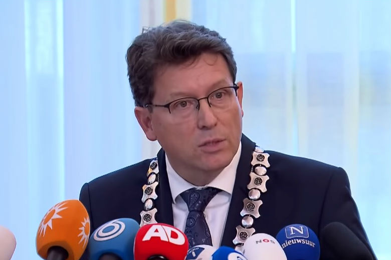 Mayor Roger de Groot at the press conference. Photo: screenshot