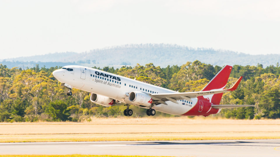 qantas cracks 737s