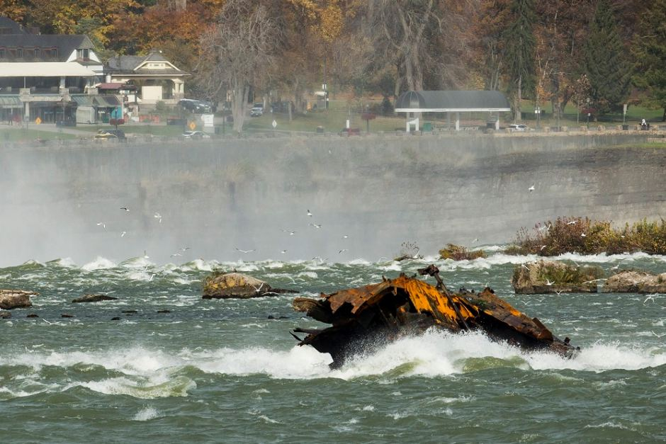 canadian-ship-wreck-niagara-falls
