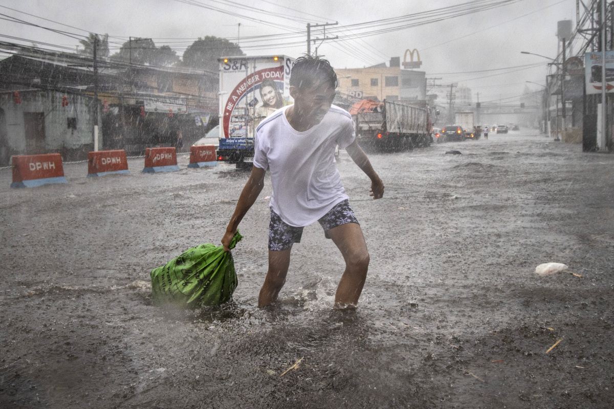 Four people killed as typhoon Kammuri hammers Philippines_2